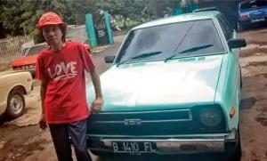 Sidarto SA, dengan salah satu mobil Datsun di bengkelnya Duren Sawit, Jakarta Timur. (Foto : otoblitz)