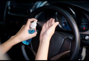 Menyimpan hand sanitizer dalam mobil, hati-hati ya guys. (foto : ist)