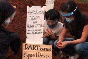 DART Racing dan Speed Driver ada di pusara Sidarto SA di Pondok Rangon, sementara istri, anak dan cucunya berdoa dengan protap PDP. (foto : ist)