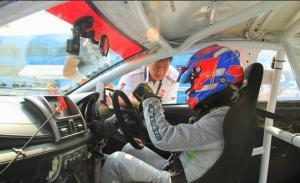 Mirza Putra Utama mendapat instruksi Anton Hudijana jelang start balapan ISSOM di sirkuit Sentul International Bogor. (foto : mpuo)
