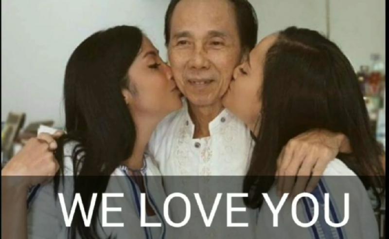 Rally Marina dan Andara SA mencium sang ayah Sidarto SA pada sesi khusus pemotretan yang memang direncanakan. (Ig rally marina)
