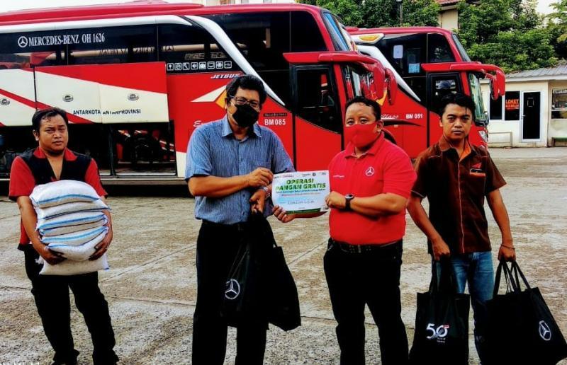 Dengan memanfaatkan sarana dan jaringan dari ACT, DCVI mendistribusikan bantuan kepada pengemudi bus dan truk.
