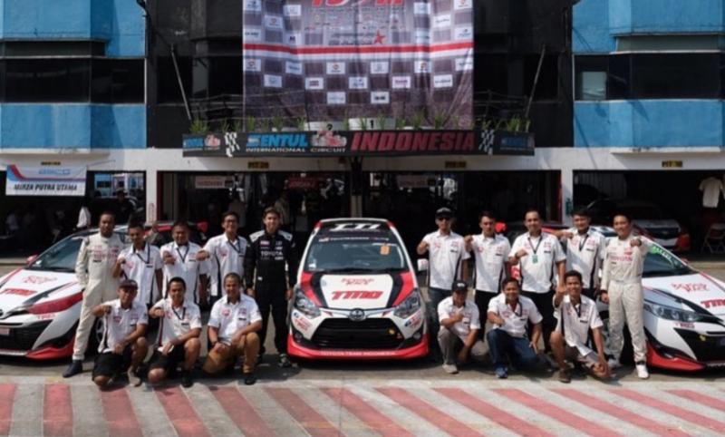 Skuad TTI balap mobil ISSOM di sirkuit Sentul International, Bogor. (foto : toyotatti)