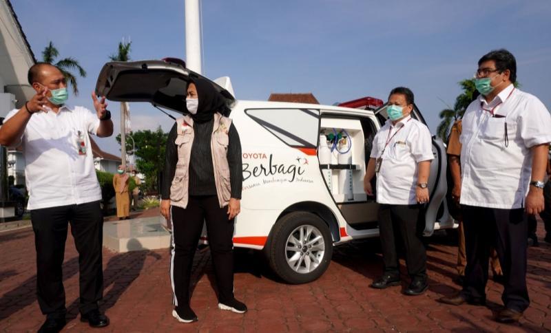 Bupati Karawang Cellica Nurrachadiana berbincang dengan petinggi TMMIN saat penyerahan 2 unit Kijang Innova ambulance di kantor Pemda Karawang, Selasa kemarin.