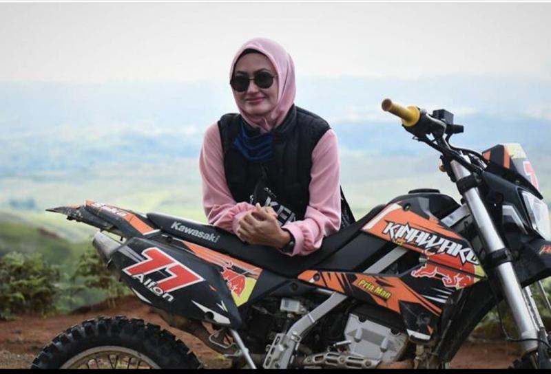 Bupati Luwu Utara Hj. Indah Putri Indriani dengan Kawasaki KLX 150 kesayangannya. (foto : ig)