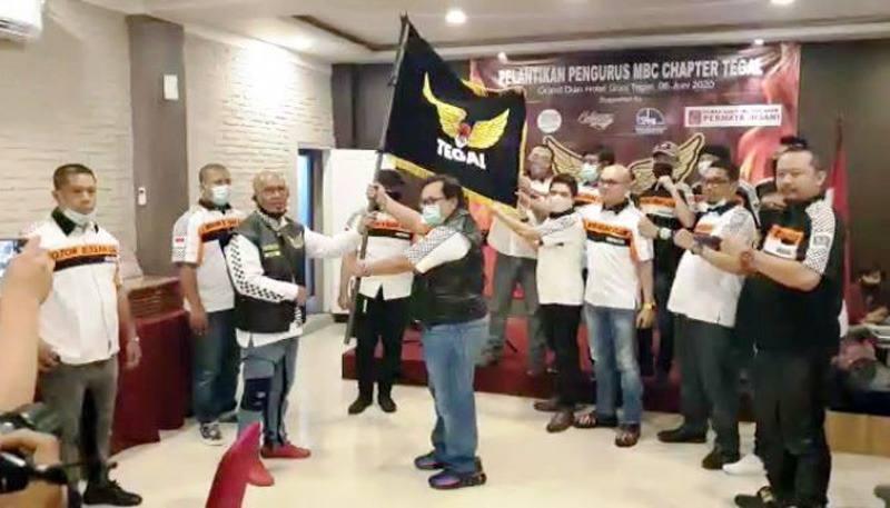 Seremoni serah terima kepengurusan dilakukan dengan penyerahan bendera MBC Tegal oleh Bro Rian kepada Bro Sigit, Ketua baru terpilih MBC Tegal. (foto: istimewa)