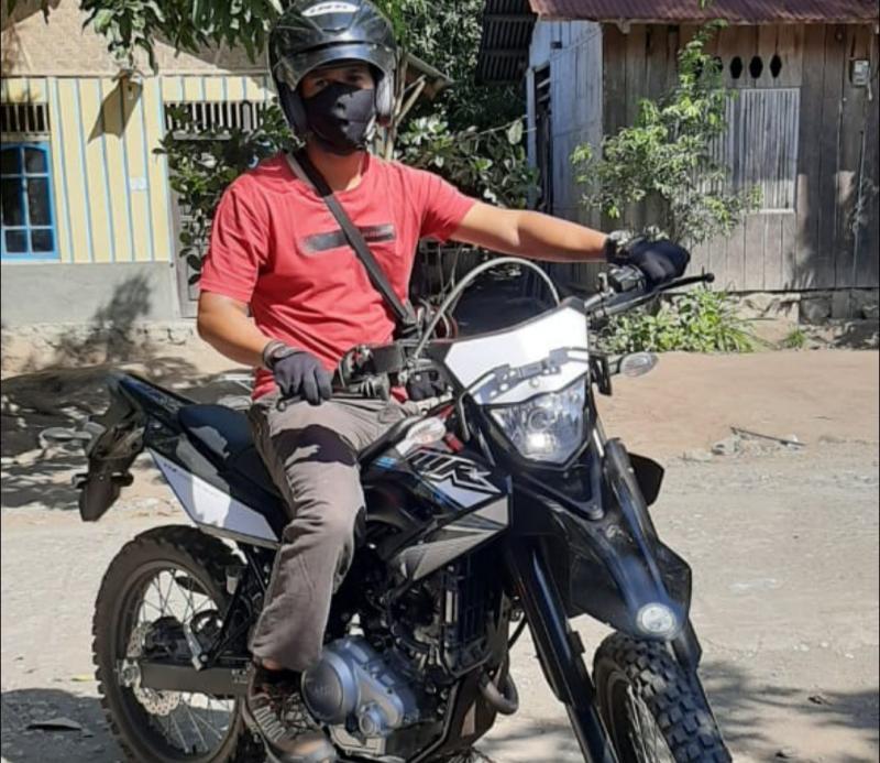 Klemens Jimi Madi Resi, konsumen pertama dari Ende, Nusa Tenggara Timur bangga terima unit Yamaha WR 155R yang cocok untuk adventure