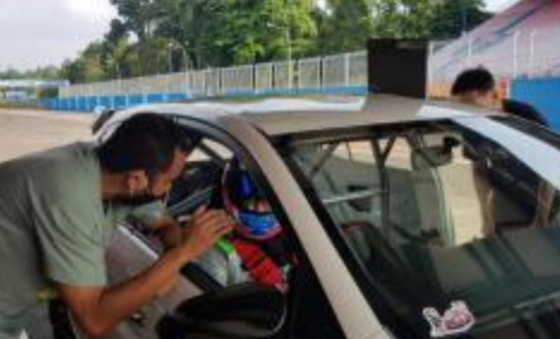 Haridarma Manoppo memberi instruksi kepada Mirza Putra Utama saat latihan di sirkuit Sentul kemarin
