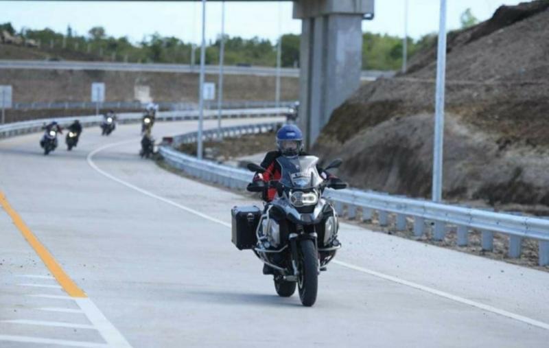 Gubernur Aceh Nova Iriansyah mencoba langsung tol Sibanceh dengan motor besar. (Foto : zoel)