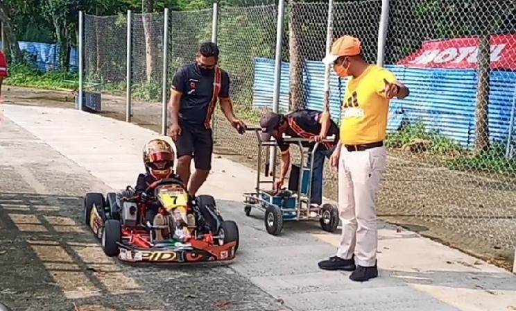 Qarrar Firhand berlatih di Sentul International Karting Circuit Bogor dimentori sang ayah Firhand Ali pada Sabtu hari ini. (foto : bs)