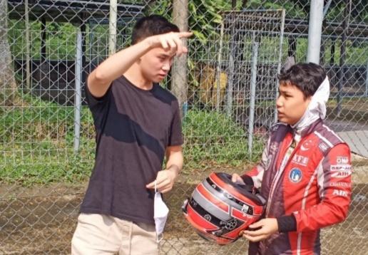 Presley Martono (kiri) sedang menjadi coach Daffa AB di Sentul International Karting Circuit Bogor. (foto : bs)