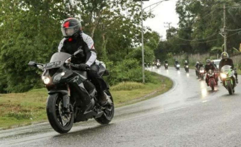 Gubernur Nova Iriansyah hobi naik motor dan tugas kunjungan ternyata bisa sejalan. (ist)