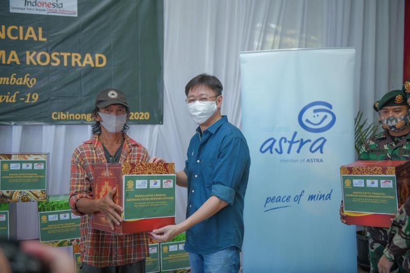 Seribu paket sembako ini diserahkan secara simbolis oleh CEO Asuransi Astra, Rudy Chen kepada beberapa warga sekitar Bekang Kostrad Cibinong. (ist)
