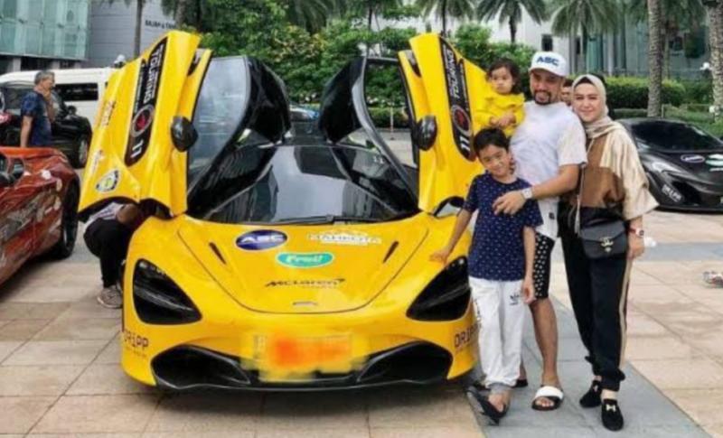Ahmad Sahroni bersama keluarganya dengan McLaren, salah satu koleksi mobil premiumnya. (Foto : viva)
