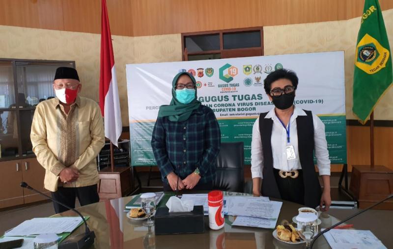 Dari kiri H. Tinton Soeprapto, Bupati Bogor Ade Yasin dan Lola Moenek di kantor Bupati Bogor