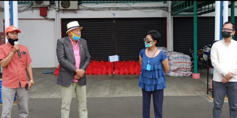 H.Tinton Soeprapto, Lola Moenek dan Lurah Sentul Alex Sandi pada penyaluran bantuan 2.100 paket sembako dari Kemensos RI