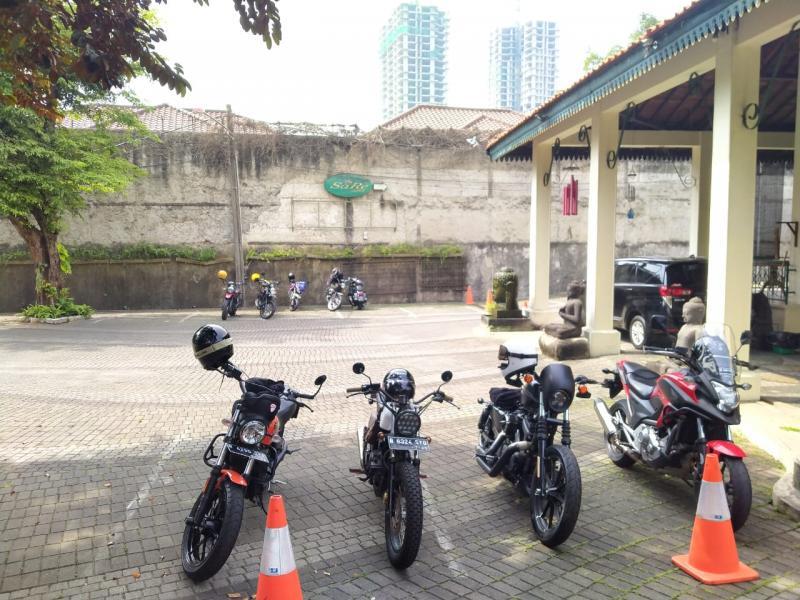 Motor-motor yang dibawa ke Warung Solo diantaranya Harley Davidson, Ducati Scrambler, Triumph Scrambler, Kawasaki W175, Vespa dan Honda NC. (foto: Rio)