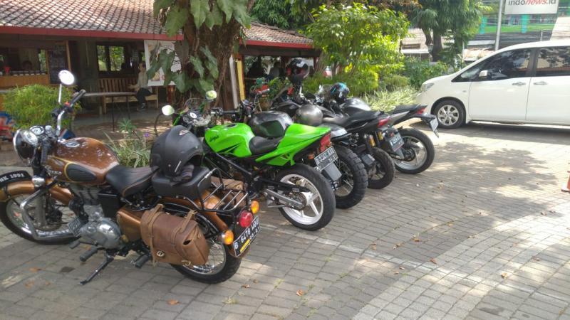 Warung Solo yang beralamat di JL. Madrasah No.14 Jeruk Purut, Kemang, Jakarta Selatan kerap dijadikan tempat singgah oleh para komunitas otomotif. (ist)
