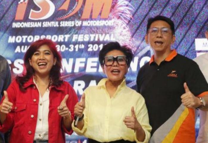Dari kiri Vivi Montolalu, Lola Moenek dan Paul F Montolalu dari ABM Enterprise. (foto : ist)