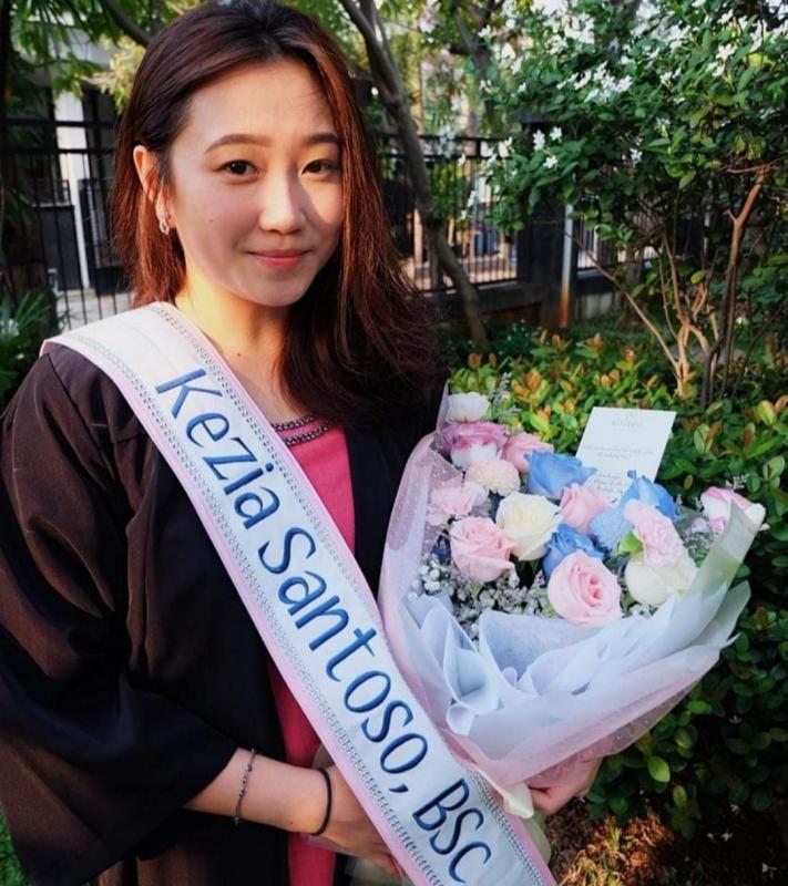 Kezia Santoso hari ini lulus sebagai sarjana science dari University of Huddersfield Inggris. (foto : yl)