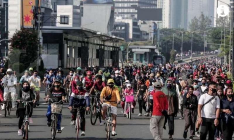 Euforia warga Jakarta di Car Free Day setelah hampir 4 bulan stay at home, hingga mengabaikan physical distancing. (foto : kontan)