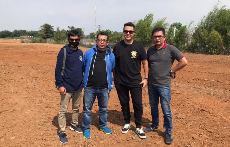 Fredi Rostiawan (paling kanan), Rifat Sungkar dan Emay Achmad saat pengecekan lintasan gravel di Meikarta Bekasi.