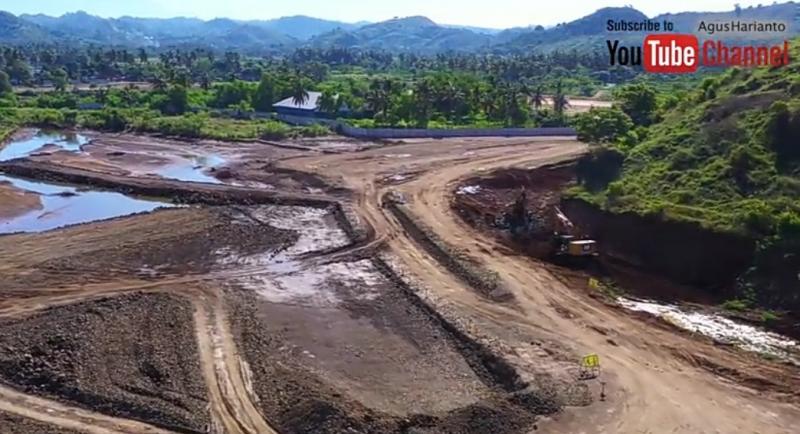 Foto dari youtuber Agus Harianto yang tayang pada Juni 2020, pembangunan sirkuit Mandalika tidak ada perkembangan signifikan. (Youtube Agus Harianto)