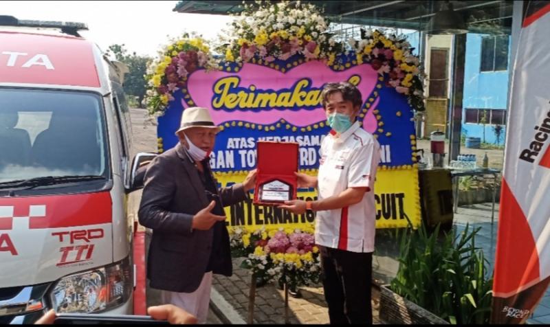 H.Tinton Soeprapto memberikan plakat kepada Toshio Obara selaku Presiden Direktur TRD Indonesia. (foto : bs)