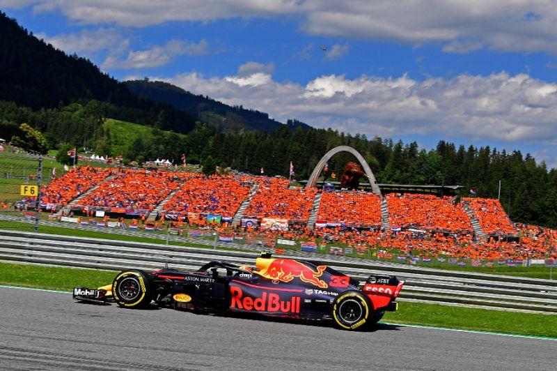 Max Verstappen di tengah serdadu Orange Army di GP Austria 2019, hanya kenangan di musim ini. (Foto: yahoosports)