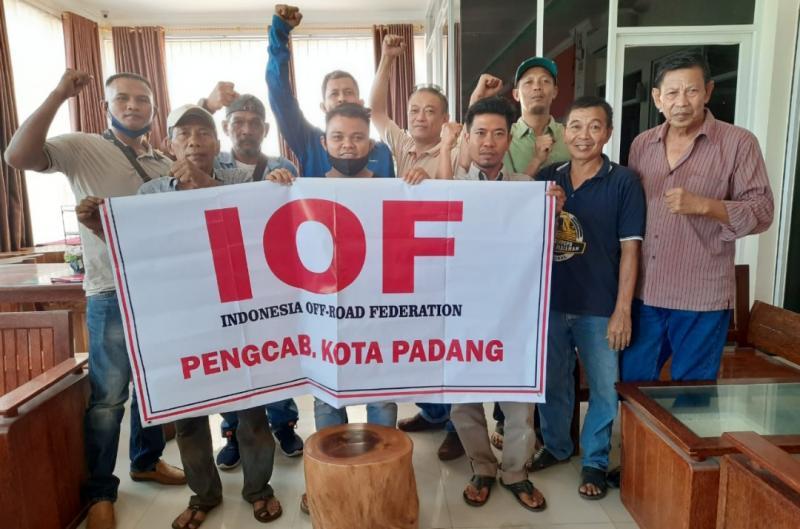 Pengcab IOF Padang siap payungi klub offroad. (foto : ende)