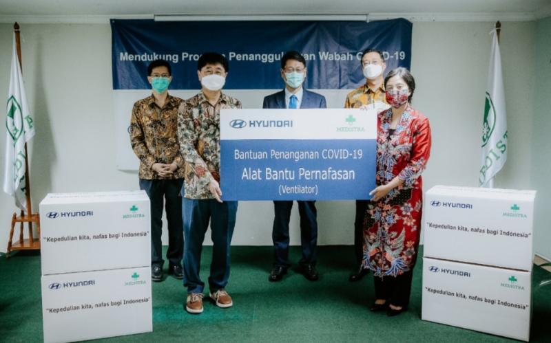 YoungTack Lee, President of Hyundai Motor Asia-Pacific Headquarters serahkan ventilator secara simbolik kepada Dini Handayani Direktur Rumah Sakit Rumah Sakit Medistra.