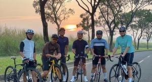 Ari Utama (paling kanan) bersama komunitas sepedanya, termasuk pembalap mobil senior Budiyanto (paling kiri)