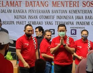 Mensos Juliari Batubara mengatupkan kedua tangannya kepada perwakilan penerima bansos didampingi Oke Junjunan selaku koordinator.