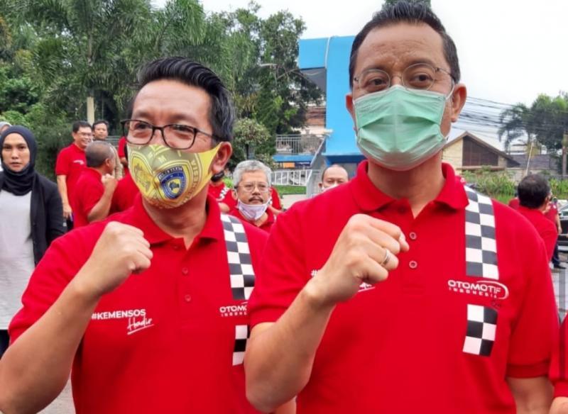 H.Fachrul Sarman (kiri) dan Mensos Juliari Batubara, bantuan paket sembako untuk insan otomotif Jabar terdampak covid19