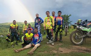 H Rihan Variza (berdiri, tengah, pakai wear pack biru) bersama anak buahnya adventure trail isi kekosongan event balap