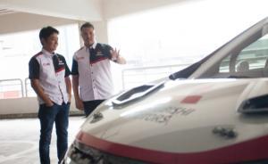 Rifat Sungkar sedang memberi penjelasan Naoya Nakamura terkait mobil rally Mitsubishi Xpander AP4. (foto : karyaku)