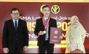 Amato Rudolph tersenyum lega dengan ijazah & medali yang diserahkan Suparno Sastro, M.Pd selaku Kepala Sekolah SMA Labschool Rawamangun