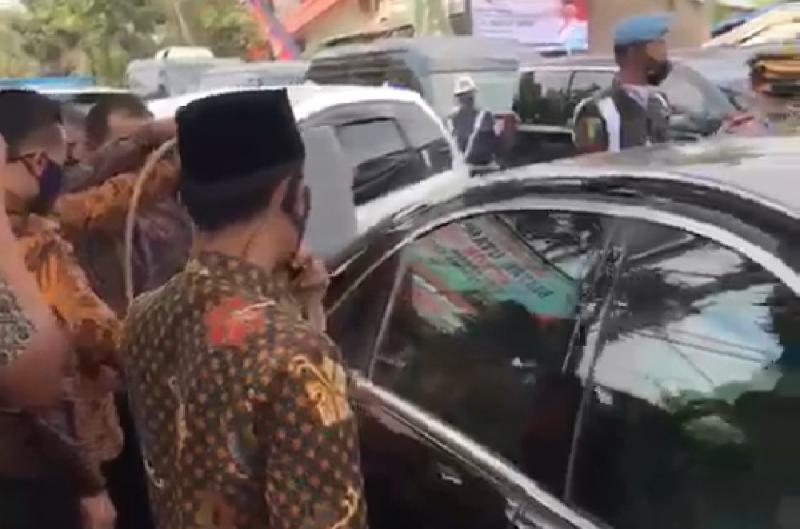 Mercedes-Benz S 600 merupakan mobil dinas RI-2 tengah mengisi BBM dengan derijen di kawasan Bogor.