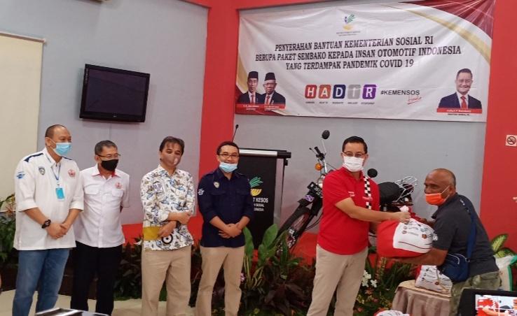 Mensos Juliari Batubara memberikan bantuan secara simbolis kepada insan otomotif Jakarta diinisiasi IMI DKI dan IMI Pusat.