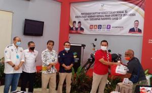 Mensos Juliari Batubara ketika memberikan bantuan secara simbolis kepada insan otomotif Jakarta yang diinisiasi IMI Provinsi DKI dan IMI Pusat.