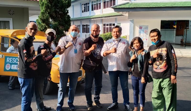 Komunitas motor disabilitas bersama Ketum IMI Jakarta Anondo Eko dan Sekum Dodi Irawan usai terima bantuan secara simbolis Mensos RI. (foto : bs)