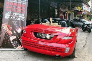 Gegara pandemi covid-19, Auri menjadikan Mercedes-Benz SLK 250 jadi lapak jualan kopi. (foto : ig kopinyaflux).