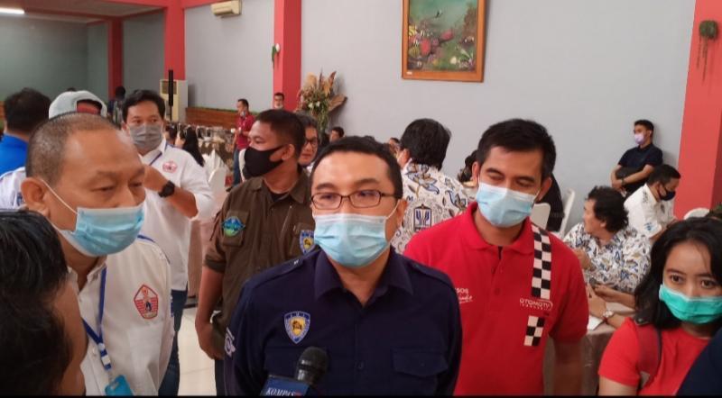 Dari kiri, Anondo Eko, Sadikin Aksa dan Tubagus Roy saat menghadapi para juru warta. (foto : bs)