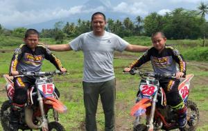 Pembalap serbabisa H Rihan Variza bersama Muhammad dan Ahmad jelang latihan motocross 65cc di sirkuit pribadi, Binuang, Kalsel