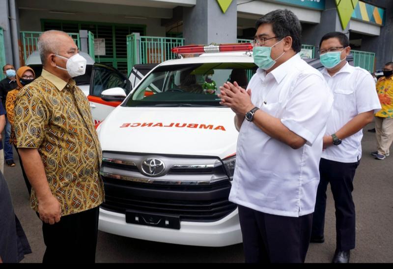 Walikota Bekasi Rahmat Effendi berbincang dengan Bob Azam dengan latar belakang Kijang Innova Ambulance