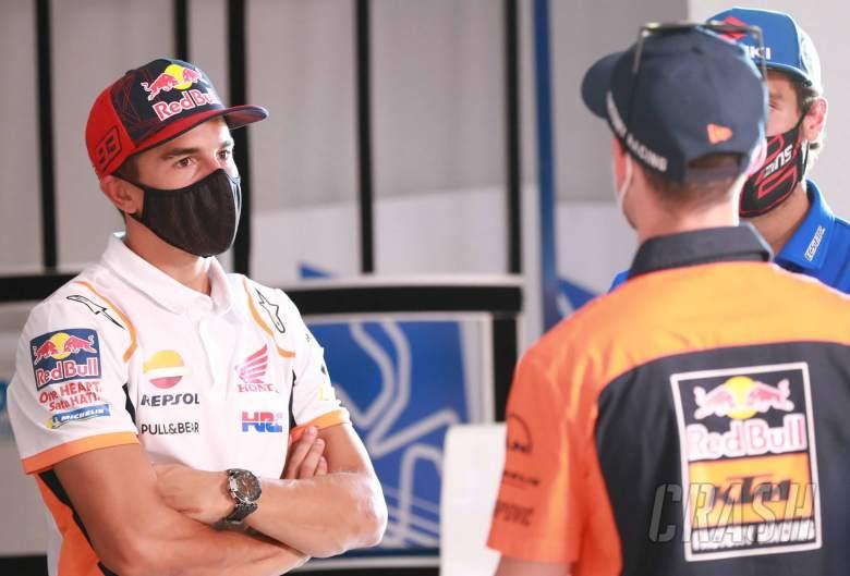 Marc Marquez saat bincang dengan Pol Espargaro di GP Spanyol 2020. (Fotp: crash)