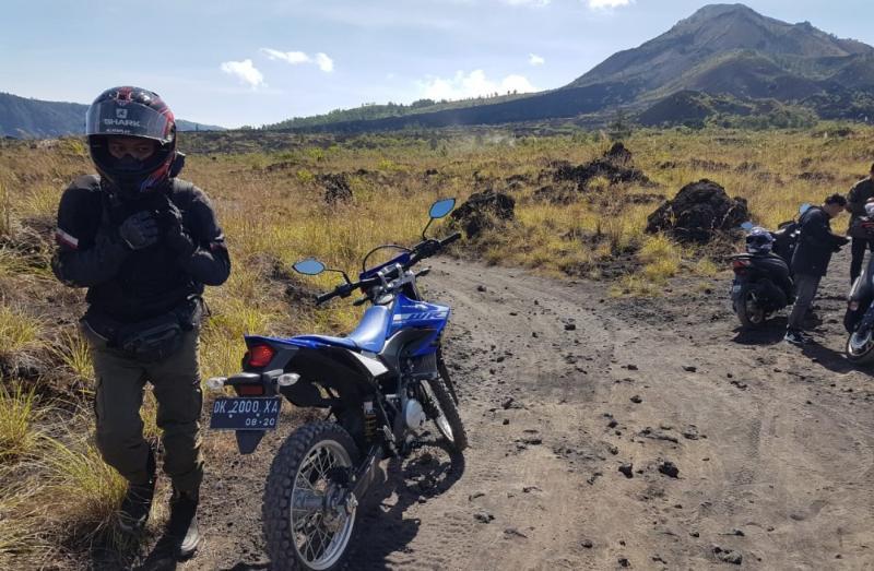 Perjalanan menuju Black Lava dengan latar belakng Gunung Batur Bali
