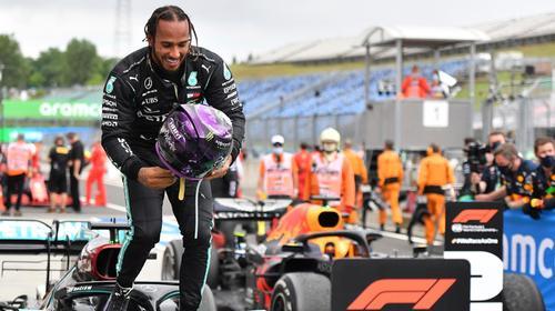 Lewis Hamilton usai kemenangan ke-8 di Hungaroring. (Foto: thrnational)
