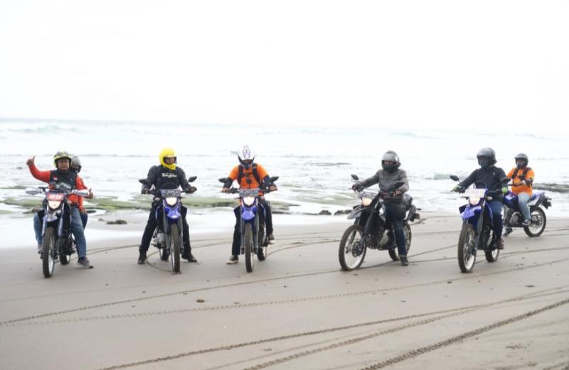 Komunitas Adfriendture Bali yang digawangi Budi Utama lakukan adventure trail di Kabupaten Negara Bali