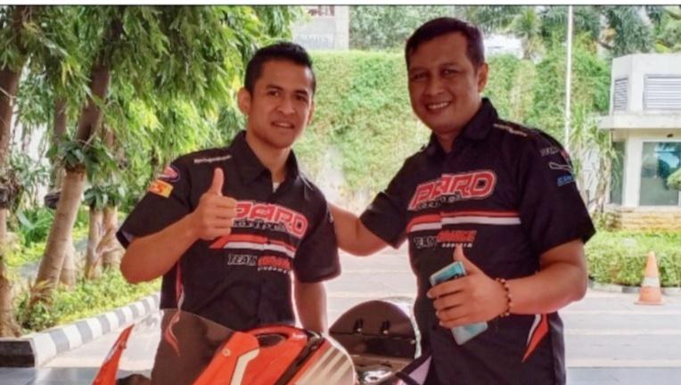 Pembalap senior Rafid Topan Sucipto dan Frits Yohanes bos tim PARD Wonogiri, Jawa Tengah.
